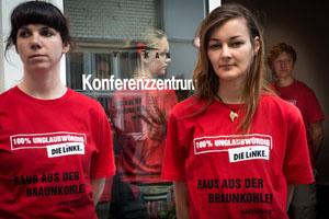 Dutzende Umweltaktivisten mit roten T-Shirts protestieren gegen Braunkohle © Greenpeace
