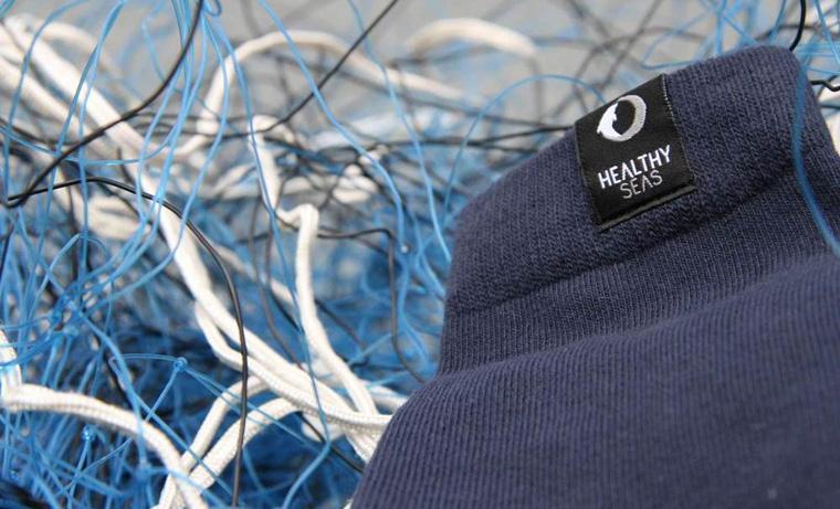 Socken aus alten Fischernetzen aus dem Meer