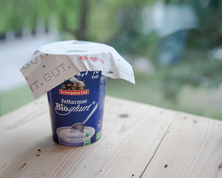 Joghurt mit Bienenwachstuch statt Plastik