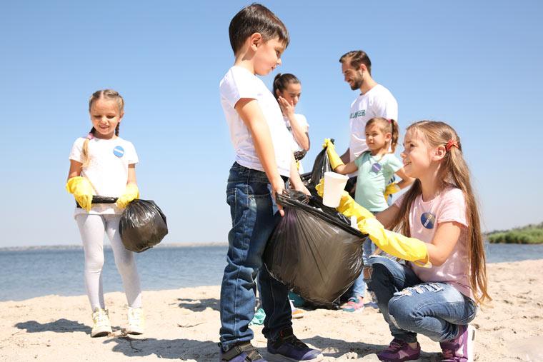 Kinder und Jugendliche auf Plastikexpedition
