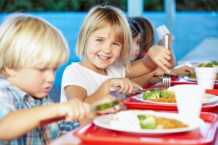 Kinder essen Gemüse für die Umwelt
