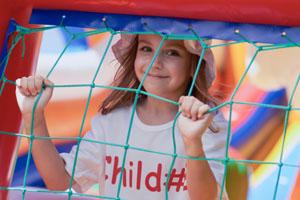 Kinder können sich auf der Hüpfburg auf der Kindermeile wild austoben © hurricanehank/ iStock/ Thinkstock