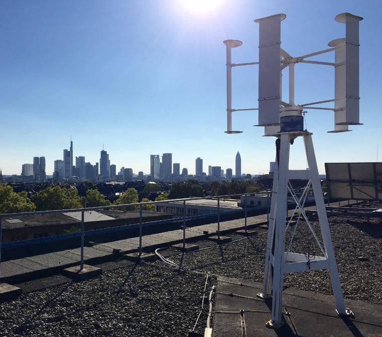 So wie diese über den Dächern von Frankfurt sind Kleinwindanlagen bis zu zehn Metern genehmigungsfrei einsetzbar