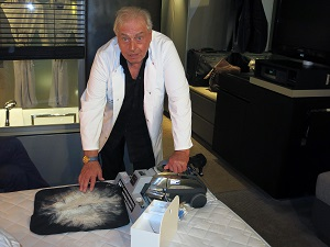 Mit einem Spezialgerät saugt Hygieneberater Horst Veith Staub, Dreck und Milbenkot aus der Matratze.