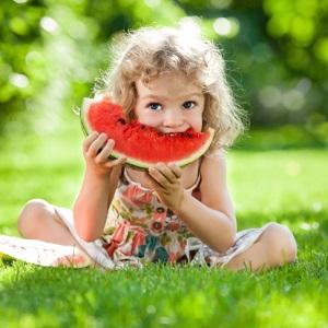 Kinder lernen mit dem Schulobst-Programm wie wichtig Obst und Gemüse sind © yaruta/ iStock/ Thinkstock