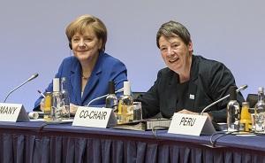 Angela Merkel und Umweltministerin Barbara Hendricks © BMUB/Thomas Imo/photothek.net