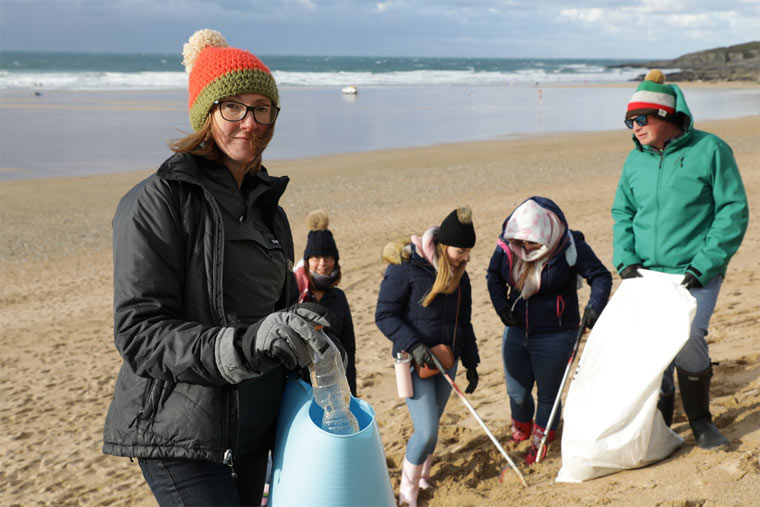 Müll einsammeln am Strand