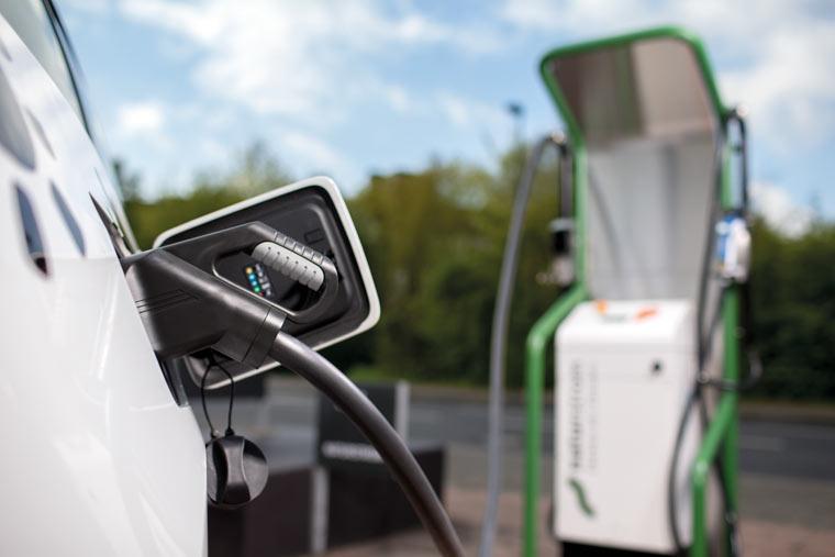 Woman benzin alle immer beginnt im eine auto fahrt - 3 7