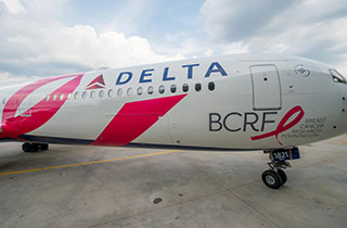 Brustkrebsmonat: Pinkes Flugzeug kommt nach Europa