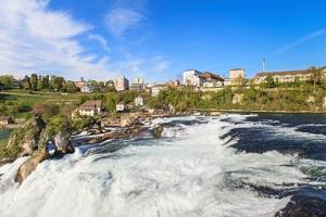 Der Rheinfall in der Schweiz, ganz in der Nähe der deutschen Grenze. © photogearch/iStock/Thinkstock
