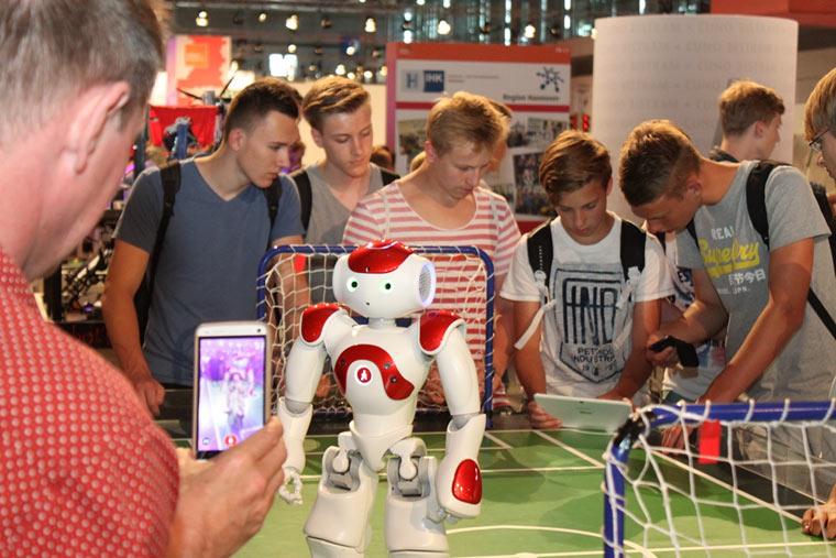 Ein Roboter, der Fußball spielt? Auf der IdeenExpo finden Jugendliche selbst heraus, wie das funktioniert
