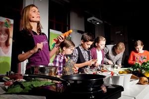 Sarah Wiener kocht mit Kindern