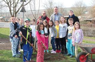 Baumpflanzaktion - Schulkinder pflanzen mehr als 200 Bäume