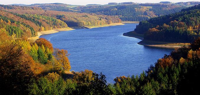 Seelandschaft in NRW im Herbst