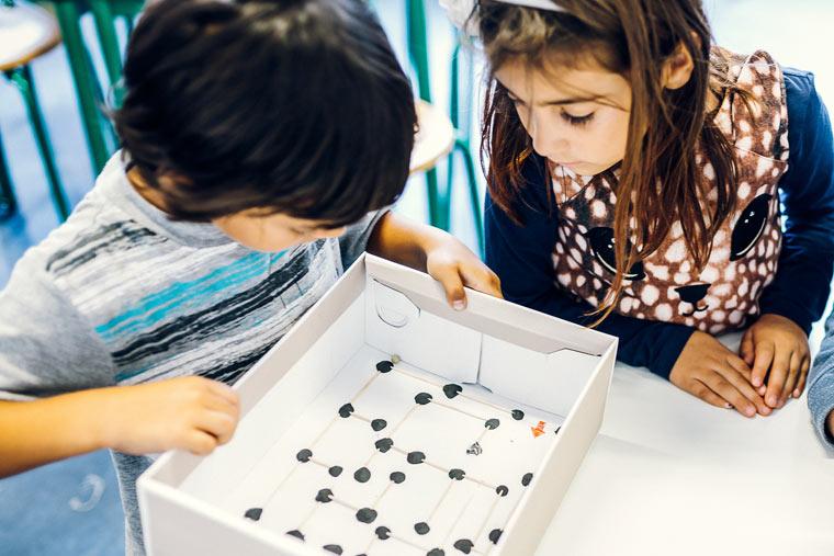 Kinder erforschen die Vielfalt des Alltags