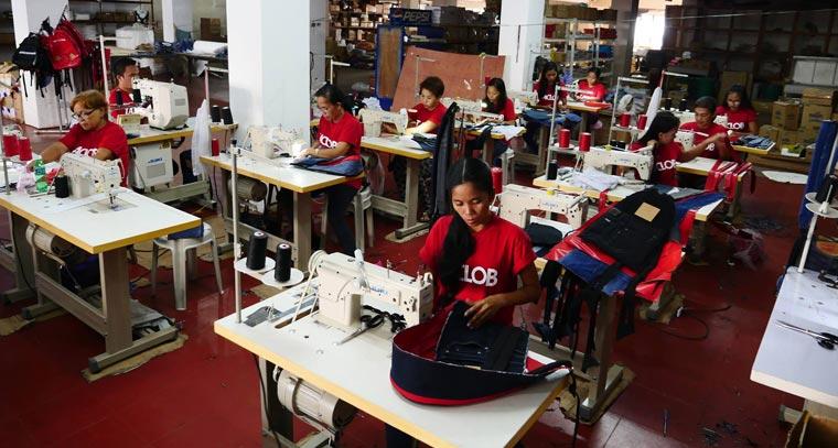 Alle Upcycling Taschen werden von Überlebenden des Taifuns Haiyan von Hand genäht