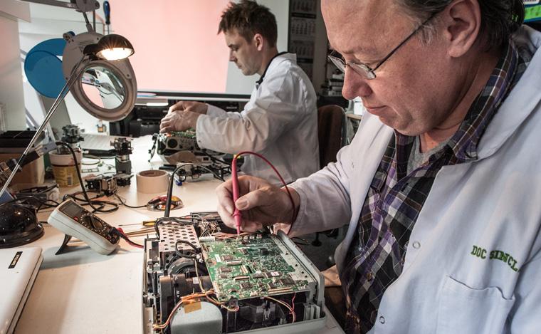 Techniker beim refurbishing von alten Projektoren