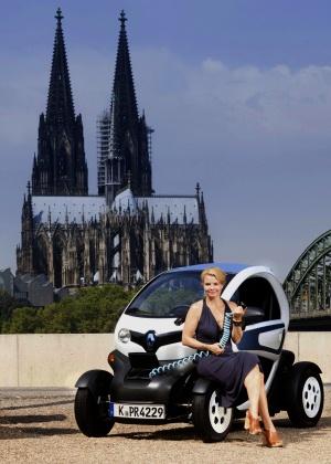 Anette Frier und jasmin Wagner fahren auf Eletroauto Renault Twizy ab