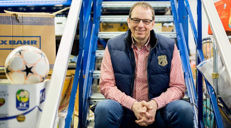 Ulrich Müller, Vorstand der Deutschen Kleiderstiftung, freut sich über immer mehr Sachspenden