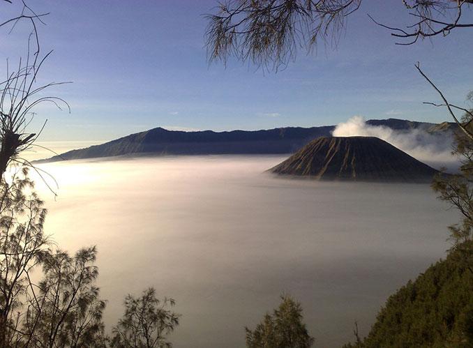 Vulkanlandschaft mit Nebel und Sonne
