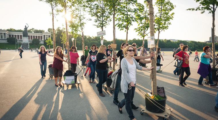Fünfzehn mobile Bäume ziehen durch München