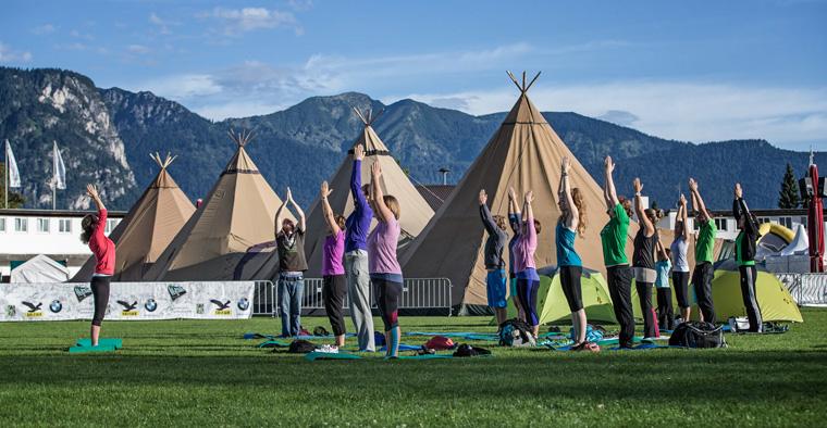 Yoga in der freien Natur beim Alpentestival