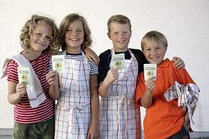 Die Kinder zeigen stolz ihren Ernährungsführerschein. © aid infodienst e.V.