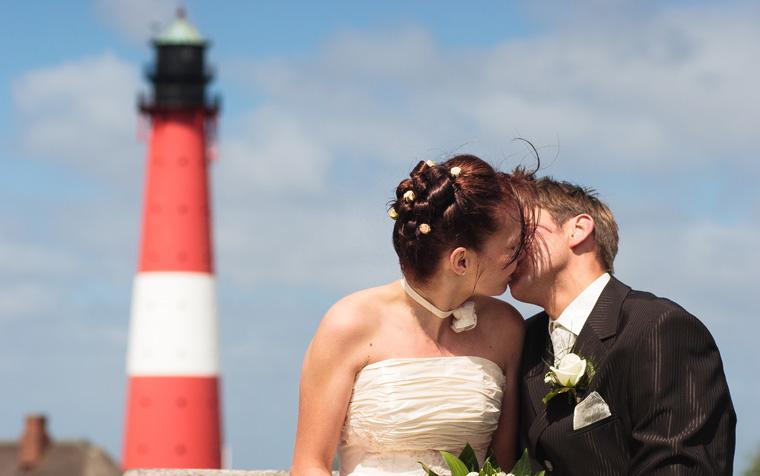 Stimmungsvolle Leuchtturm-Hochzeit im kleinen Kreis