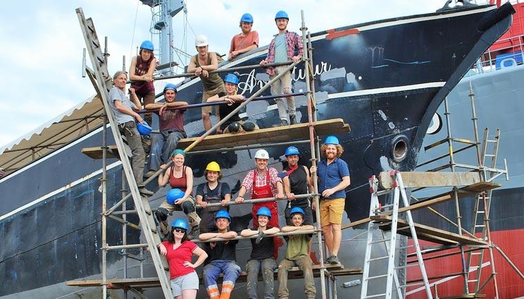 Ein Team von freiwilligen Helfern arbeitet unter Hochdruck an der Restaurierung des hundert Jahre alten Segelschiffs Avontuur