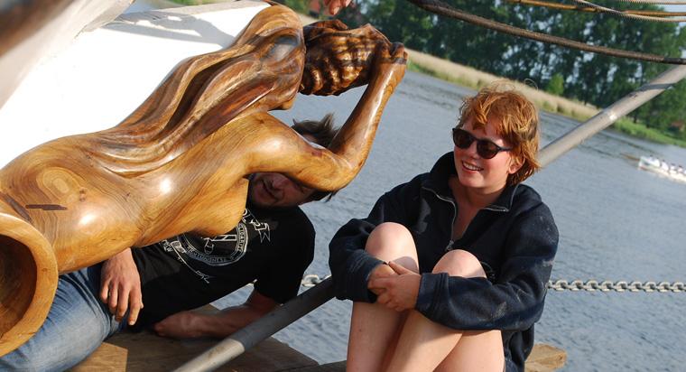 Mit ihrer Gallionsfigur von Klaus Hartmann ist die Avontuur bereit für ihre erste große Reise