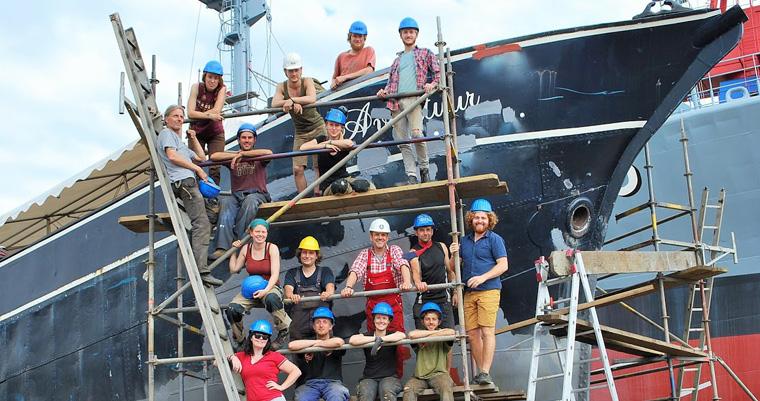 Eine internationale Crew aus Freiwilligen hat gemeinsam an der Instandsetzung des alten Segelschiffs gearbeitet