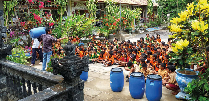 Kinder lernen wie man richtig mit Müll umgeht