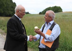 Thomas Radetzki, Imkermeister und Geschäftsführender Vorstand vom Mellifera, überreichte Claus Hipp eine Urkunde für seine ?Bienenpatenschaft?. © HiPP