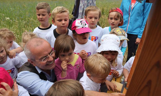 Die Kinder erfahren gespannt von der Arbeit der Bienen © HiPP