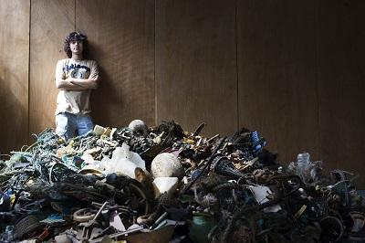 Boyan Slat vor einem Haufen von Müll © The Ocean Cleanup