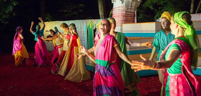 Die Musik und die Kostüme des Theaterstücks sind vom indischen Bollywood inspiriert © Schauspiel Leipzig/ Zoo Leipzig