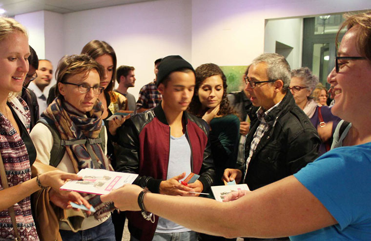 Die Besucher erhalten DVDs mit den Festivalfilmen.