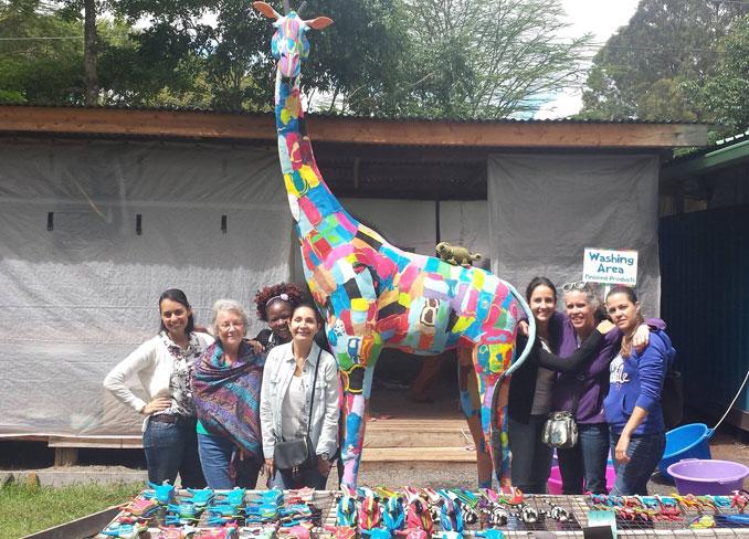 Eine Giraffe gefertigt aus Fli Flops