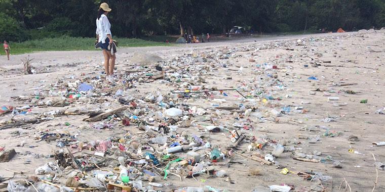 Die Einwohner versuchen die Plastikflut zu bekämpfen.