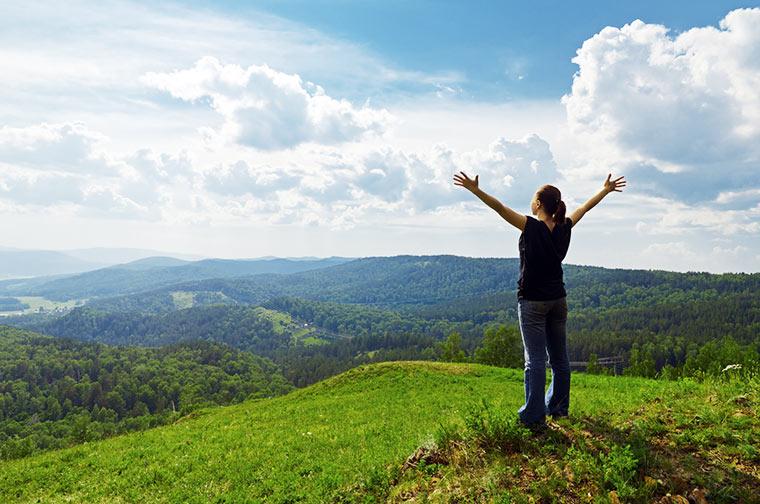 Frau genießt die Natur