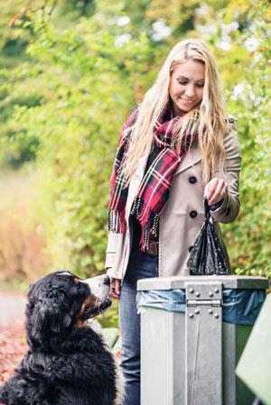 Frau mit Hundekotbeutel
