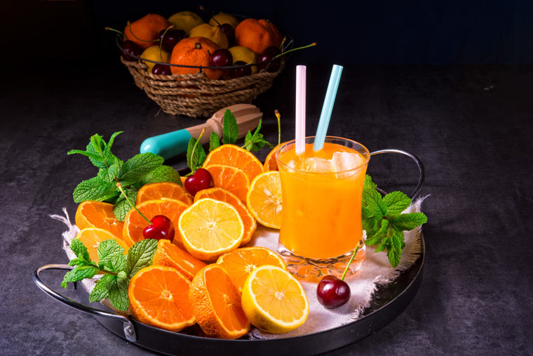 Orangen und frischer Orangensaft