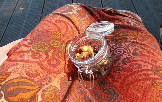 Glasbehälter mit Nüssen