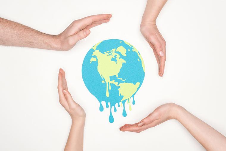 Hände schützen die Erde