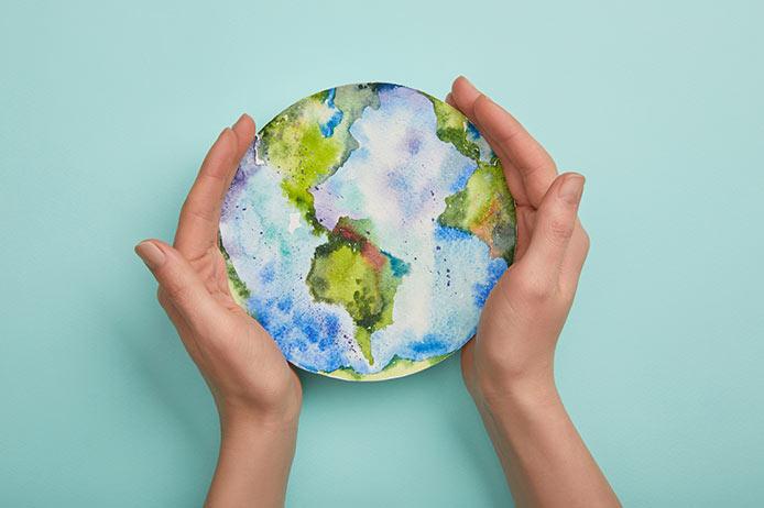Hände um die Erde halten