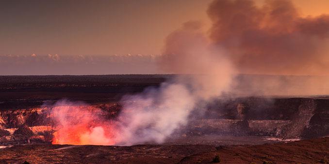 Glühender Krater auf Hawaii