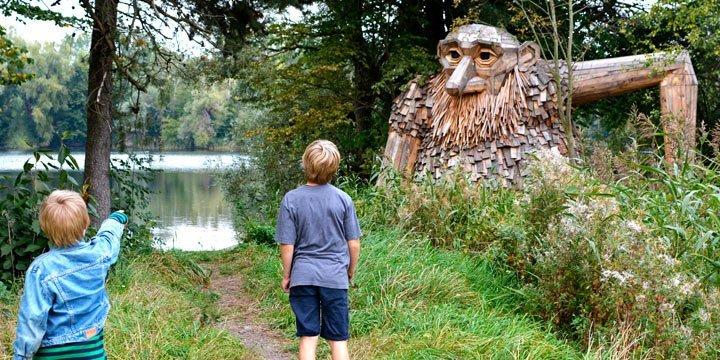 Sechs Giganten aus Abfallholz zieren Dänemarks Wälder