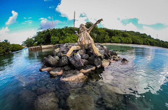 Holzskulptur in der Natur