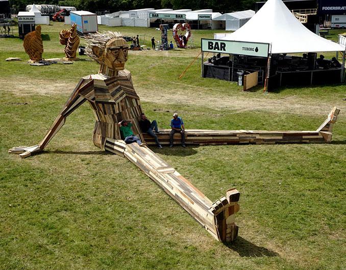 Sitzende Holzskulptur