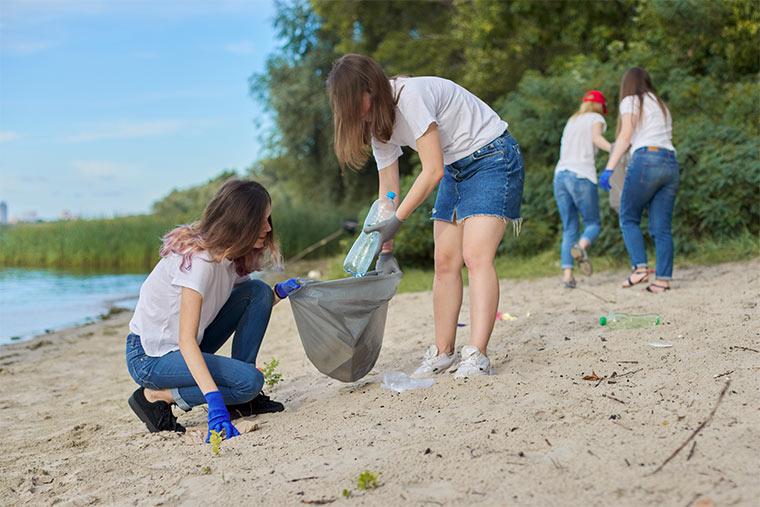 Jugendliche sammeln Plastikmüll